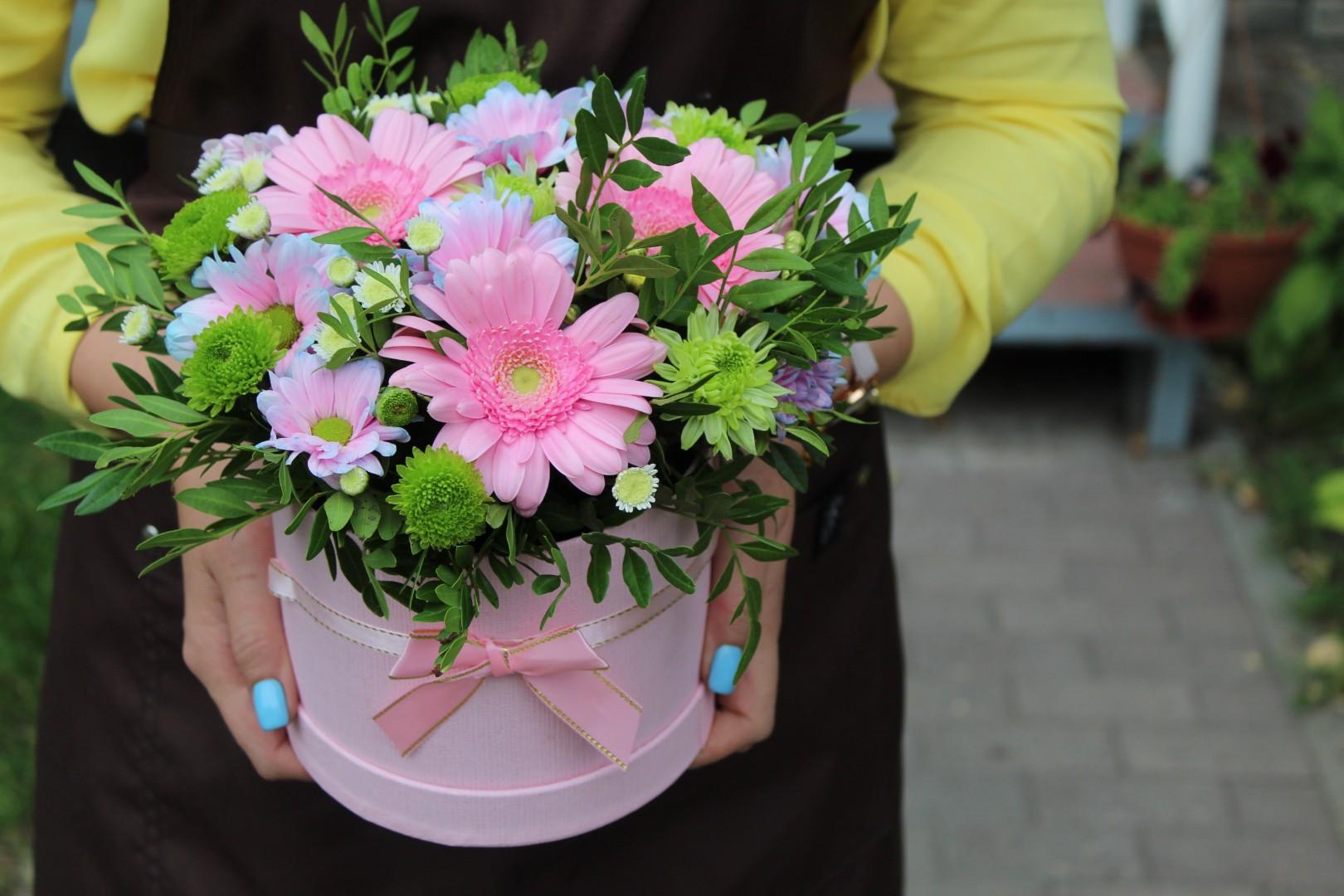 кустовая хризантема с герберой фото представлены варианты оформления